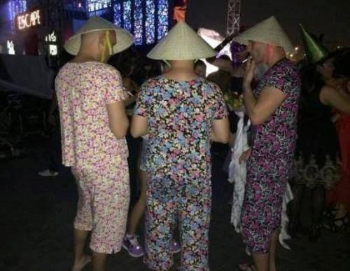 Ai cũng cười khi thấy anh Tây mặc đồ bộ, đội mũ Grab, bế gà đi dạo giữa phố Sài Gòn, hóa ra lý do là... - Ảnh 3.