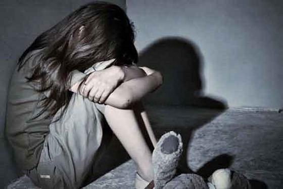 Nghệ An: Người mẹ bàng hoàng phát hiện con gái 14 tuổi bị hàng xóm giở trò đồi bại - Ảnh 1.