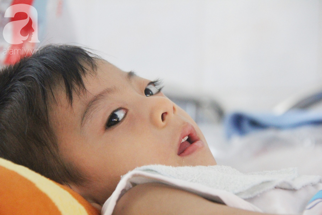 Ánh mắt cầu cứu của bé trai 3 tuổi bị bại não, không có mẹ chăm sóc, nằm viện với bà nội mà thiếu tiền chữa trị - Ảnh 13.