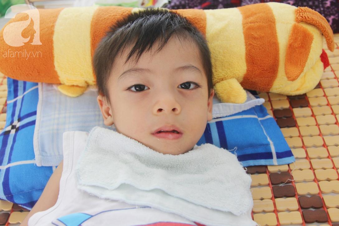 Ánh mắt cầu cứu của bé trai 3 tuổi bị bại não, không có mẹ chăm sóc, nằm viện với bà nội mà thiếu tiền chữa trị - Ảnh 11.
