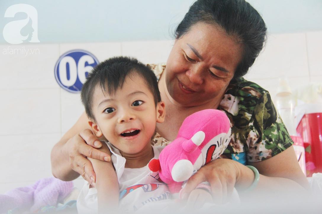 Ánh mắt cầu cứu của bé trai 3 tuổi bị bại não, không có mẹ chăm sóc, nằm viện với bà nội mà thiếu tiền chữa trị - Ảnh 15.