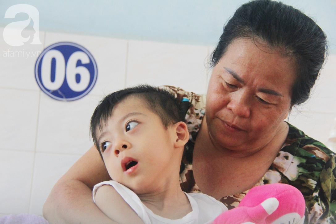 Ánh mắt cầu cứu của bé trai 3 tuổi bị bại não, không có mẹ chăm sóc, nằm viện với bà nội mà thiếu tiền chữa trị - Ảnh 3.