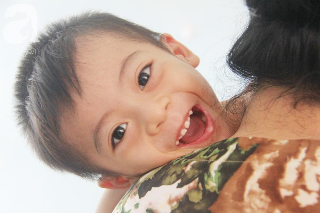 Ánh mắt cầu cứu của bé trai 3 tuổi bị bại não, không có mẹ chăm sóc, nằm viện với bà nội mà thiếu tiền chữa trị - Ảnh 5.