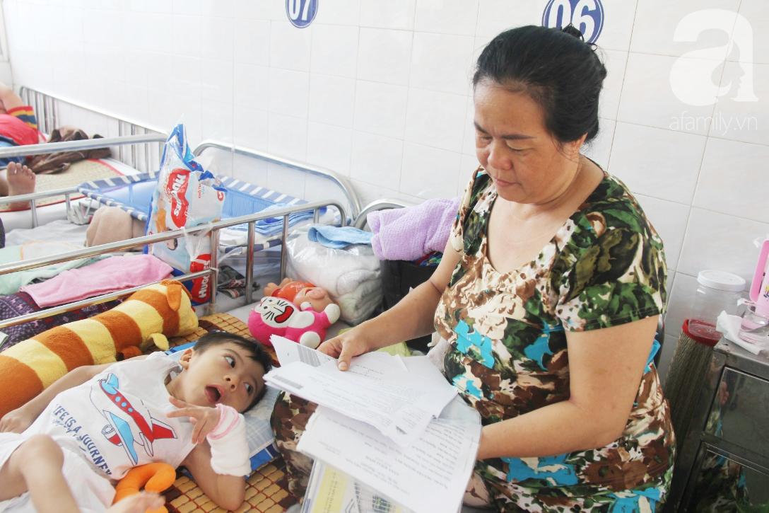 Ánh mắt cầu cứu của bé trai 3 tuổi bị bại não, không có mẹ chăm sóc, nằm viện với bà nội mà thiếu tiền chữa trị - Ảnh 9.