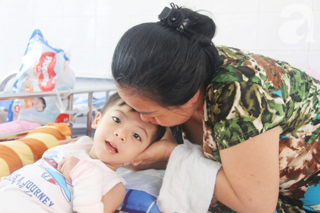 Ánh mắt cầu cứu của bé trai 3 tuổi bị bại não, không có mẹ chăm sóc, nằm viện với bà nội mà thiếu tiền chữa trị - Ảnh 7.