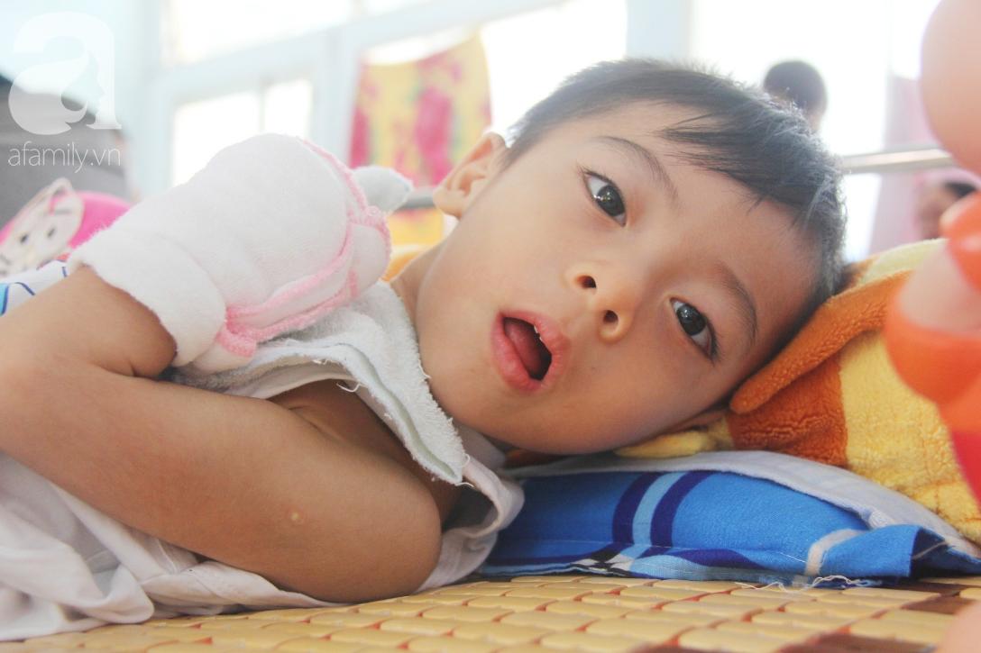 Ánh mắt cầu cứu của bé trai 3 tuổi bị bại não, không có mẹ chăm sóc, nằm viện với bà nội mà thiếu tiền chữa trị - Ảnh 8.