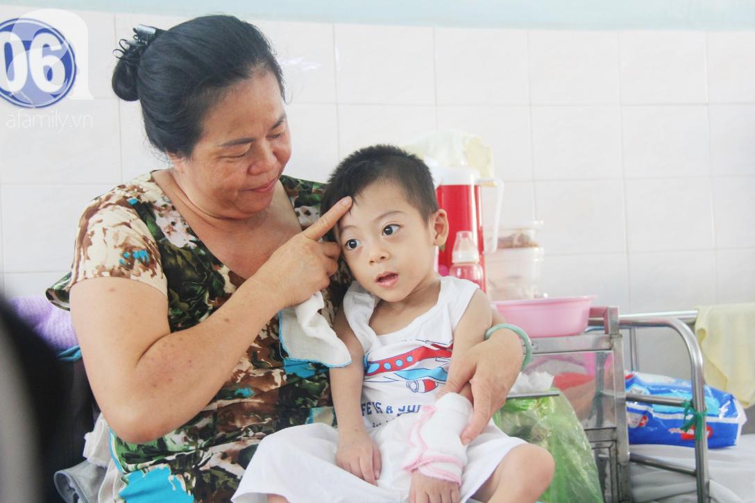 Ánh mắt cầu cứu của bé trai 3 tuổi bị bại não, không có mẹ chăm sóc, nằm viện với bà nội mà thiếu tiền chữa trị - Ảnh 12.