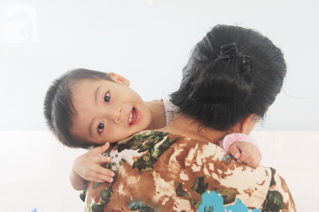 Ánh mắt cầu cứu của bé trai 3 tuổi bị bại não, không có mẹ chăm sóc, nằm viện với bà nội mà thiếu tiền chữa trị - Ảnh 20.