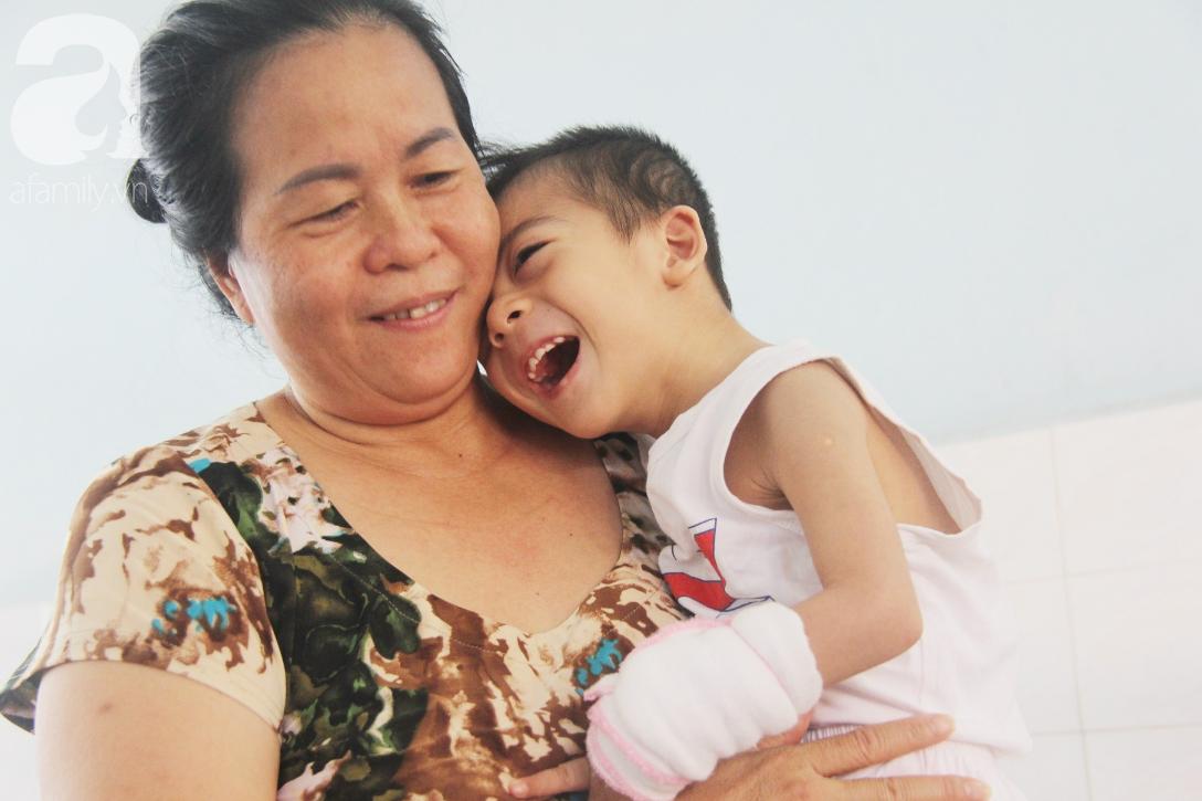Ánh mắt cầu cứu của bé trai 3 tuổi bị bại não, không có mẹ chăm sóc, nằm viện với bà nội mà thiếu tiền chữa trị - Ảnh 16.