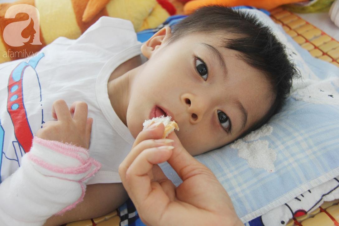 Ánh mắt cầu cứu của bé trai 3 tuổi bị bại não, không có mẹ chăm sóc, nằm viện với bà nội mà thiếu tiền chữa trị - Ảnh 17.