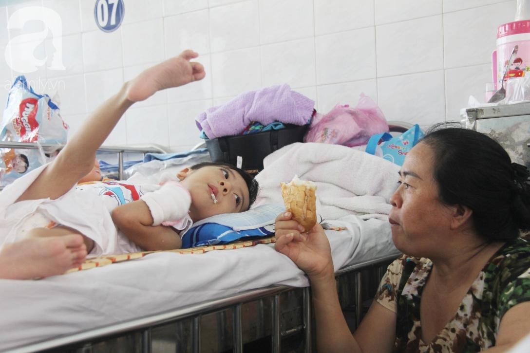 Ánh mắt cầu cứu của bé trai 3 tuổi bị bại não, không có mẹ chăm sóc, nằm viện với bà nội mà thiếu tiền chữa trị - Ảnh 18.