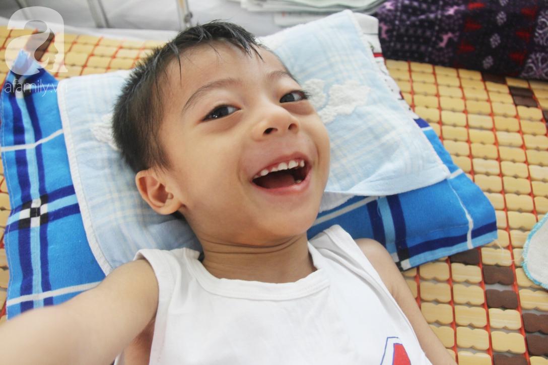 Ánh mắt cầu cứu của bé trai 3 tuổi bị bại não, không có mẹ chăm sóc, nằm viện với bà nội mà thiếu tiền chữa trị - Ảnh 6.