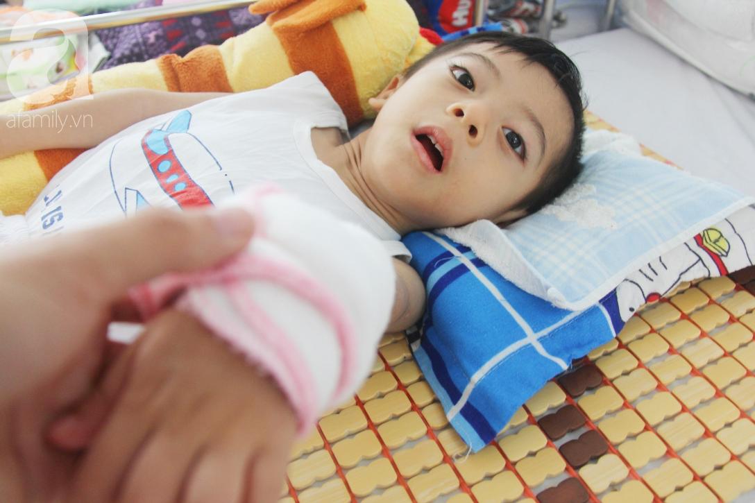 Ánh mắt cầu cứu của bé trai 3 tuổi bị bại não, không có mẹ chăm sóc, nằm viện với bà nội mà thiếu tiền chữa trị - Ảnh 10.