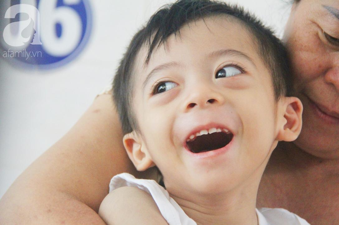 Ánh mắt cầu cứu của bé trai 3 tuổi bị bại não, không có mẹ chăm sóc, nằm viện với bà nội mà thiếu tiền chữa trị - Ảnh 4.