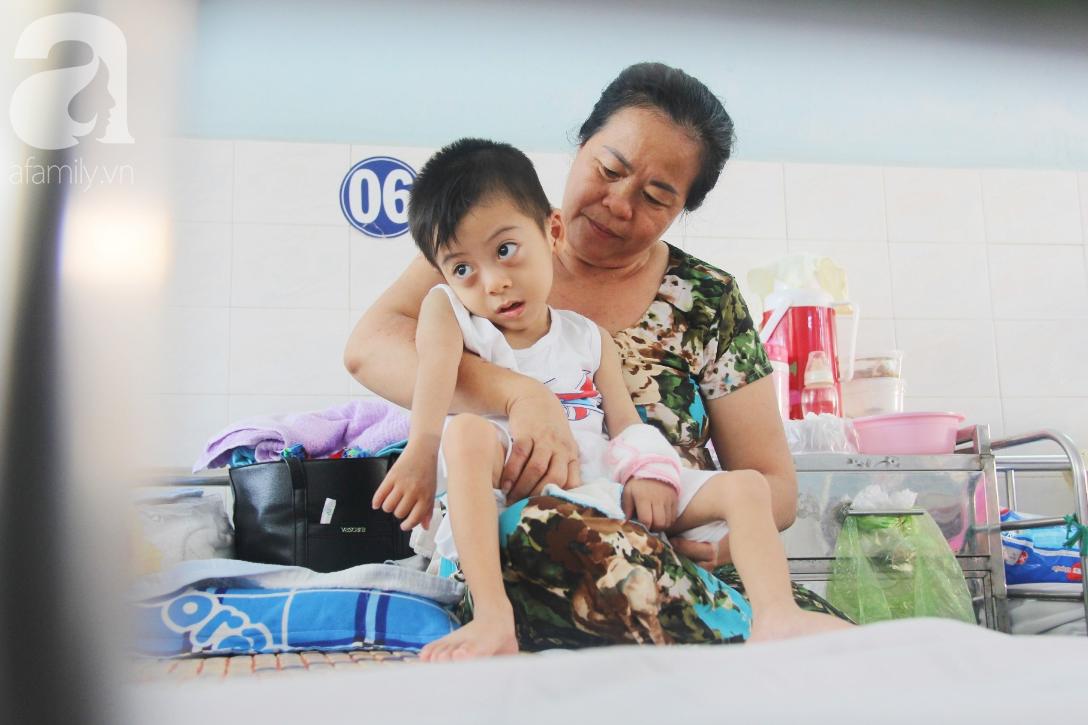 Ánh mắt cầu cứu của bé trai 3 tuổi bị bại não, không có mẹ chăm sóc, nằm viện với bà nội mà thiếu tiền chữa trị - Ảnh 1.