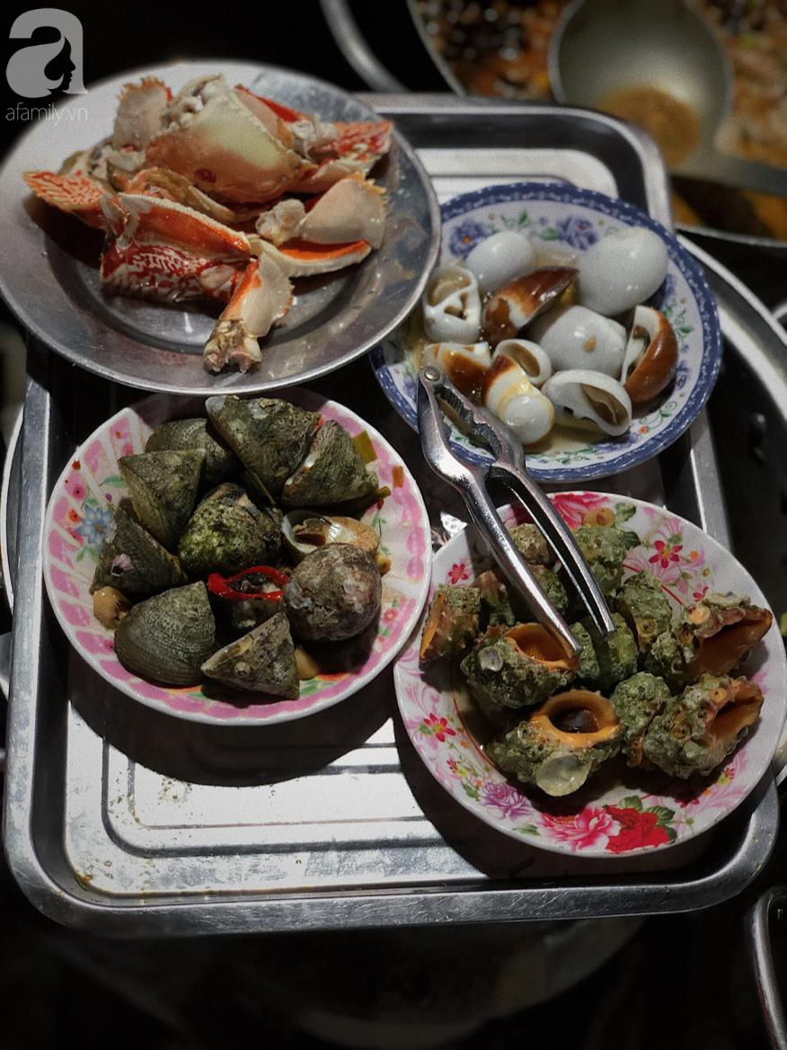 Mùa hè đi Quy Nhơn, hãy ghé ngay quán ốc siêu đông, gọi món không cần nhìn giá này: Ốc biển sang chảnh 20k/dĩa, hàu 5k/con - Ảnh 1.