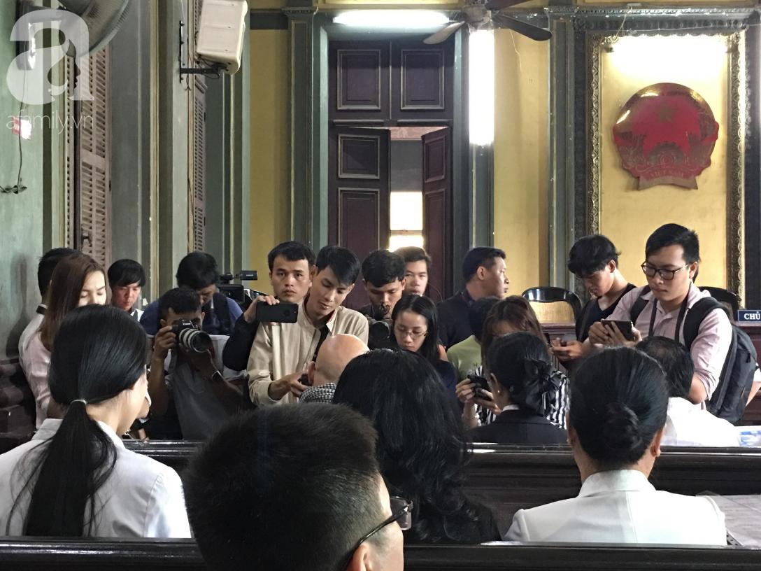 Ngày thứ 5 xét xử vụ ly hôn Trung Nguyên: Ông Vũ tươi cười đến tòa, bà Thảo tiếp tục căng thẳng - Ảnh 6.