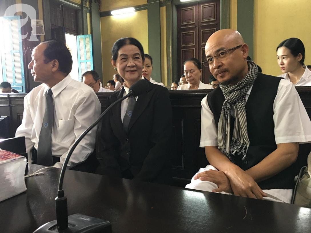 Ngày thứ 5 xét xử vụ ly hôn Trung Nguyên: Ông Vũ tươi cười đến tòa, bà Thảo tiếp tục căng thẳng - Ảnh 10.