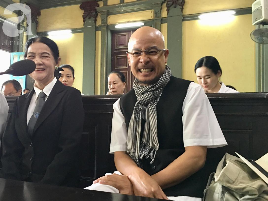 Ngày thứ 5 xét xử vụ ly hôn Trung Nguyên: Ông Vũ tươi cười đến tòa, bà Thảo tiếp tục căng thẳng - Ảnh 11.