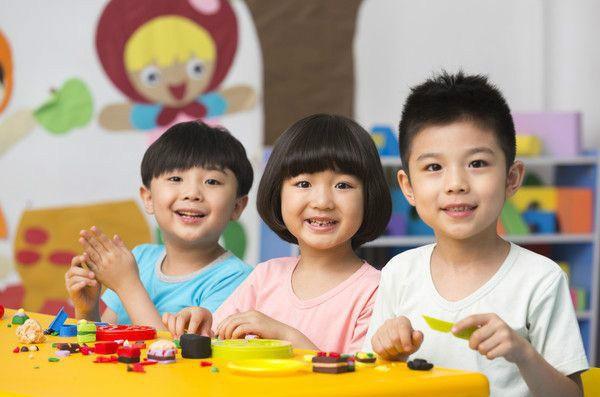 Chuyên gia chỉ ra có 3 câu không nên hỏi khi đón con từ trường mẫu giáo về, đa số bố mẹ nào cũng mắc phải - Ảnh 2.