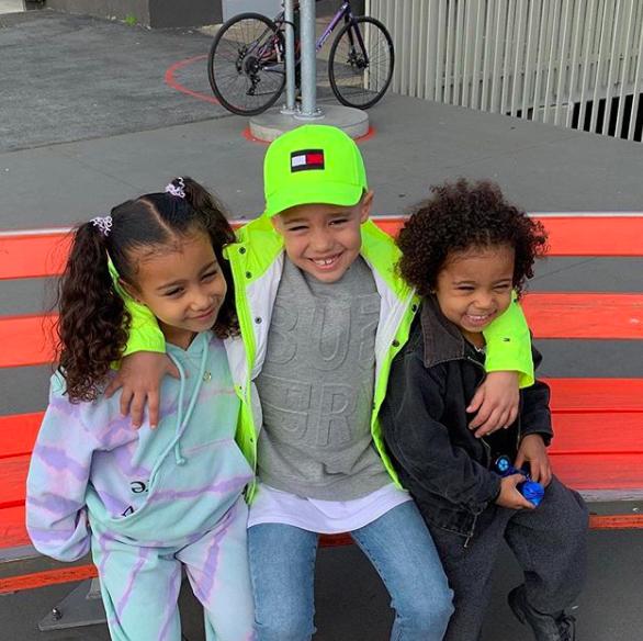 Trong khi lắm người đang ế mòn mỏi thì con gái 5 tuổi của Kim Kardashian được bạn trai tặng hẳn vòng Tiffany & Co. - Ảnh 2.