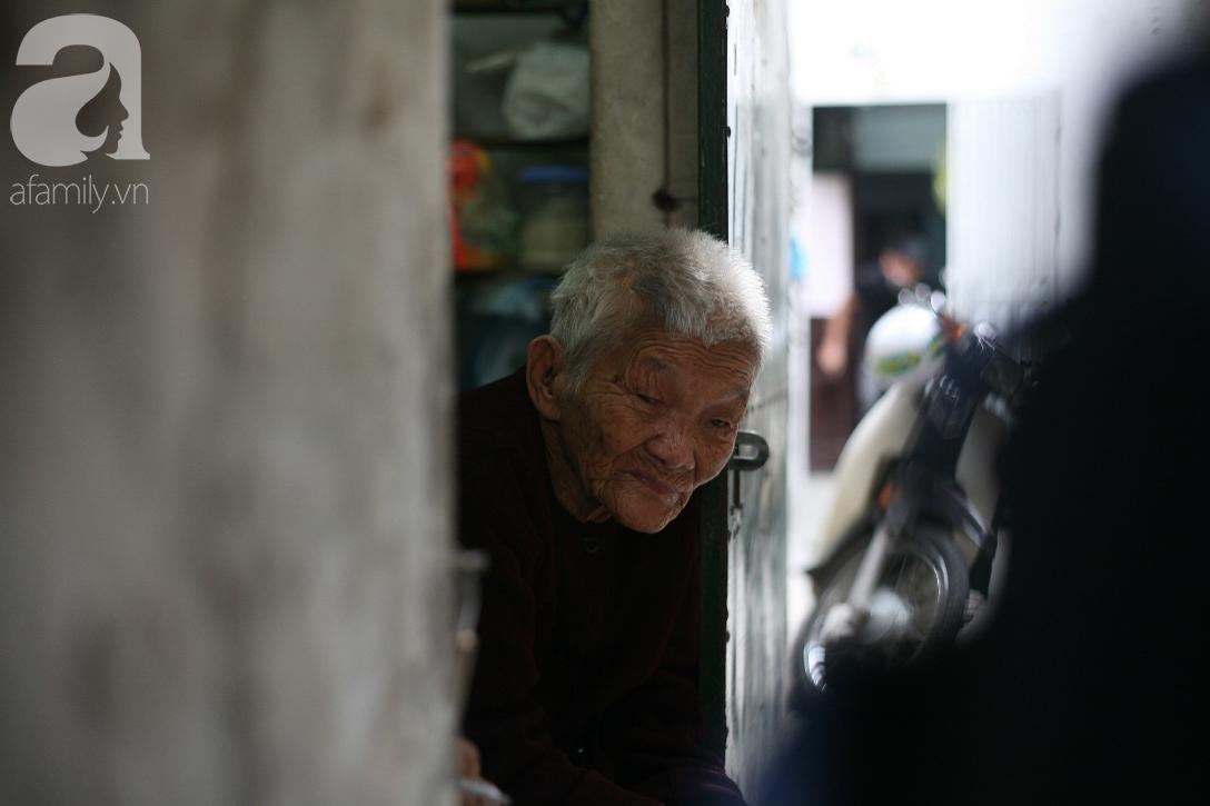 Xót cảnh cụ bà 84 tuổi, hàng ngày phải đẩy xe đi bán kẹo và tâm nguyện cuối cùng trước khi chết - Ảnh 1.