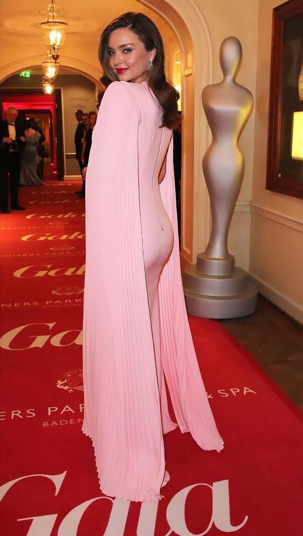 Bầu bí lần 3, Miranda Kerr vẫn đốn tim vạn người vì sắc vóc quá sức lộng lẫy và công lớn thuộc về chiếc đầm hồng pastel này  - Ảnh 2.