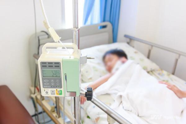 Bé 18 tháng tuổi bị co giật, tím tái vì cha mẹ bù nước sai khi bị tiêu chảy và lời khuyên của bác sĩ về cách dùng Oresol đúng chuẩn - Ảnh 1.