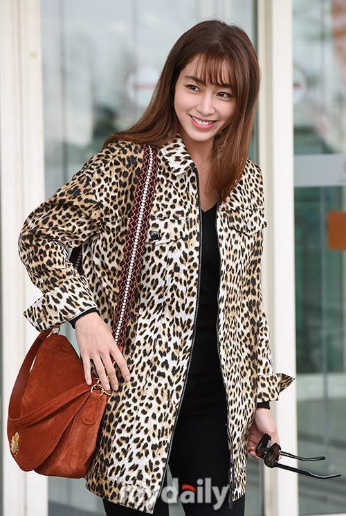 Giữa lùm xùm Song Joong Ki - Song Hye Kyo ly hôn, bà xã của Lee Byung Hun bất ngờ nhận được vô số lời khen vì nhan sắc - Ảnh 2.