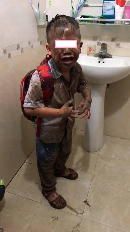 Tan học xong không chịu về nhà ngay, cậu bé mếu máo với bộ dạng không thể thê thảm hơn, người ngoài nhìn vào thì bò lăn ra cười - Ảnh 2.