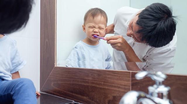 Cứ tưởng cho con dùng nhiều kem đánh răng là tốt thế nhưng sự thật lại khiến các mẹ giật mình ngã ngửa - Ảnh 3.