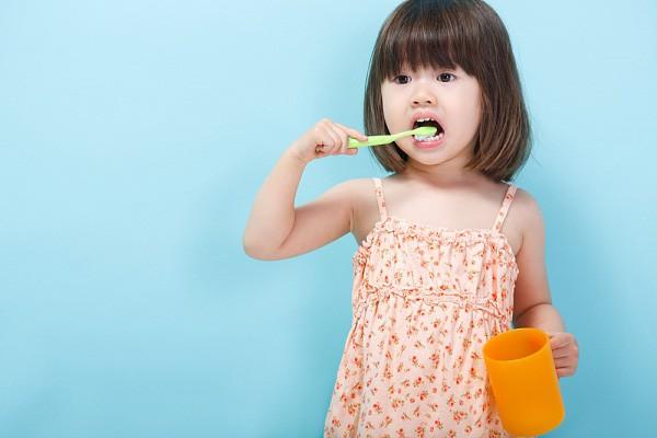 Cứ tưởng cho con dùng nhiều kem đánh răng là tốt thế nhưng sự thật lại khiến các mẹ giật mình ngã ngửa - Ảnh 4.