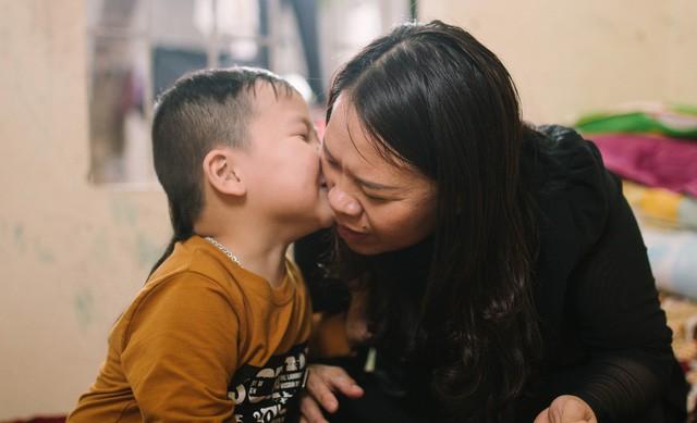 Người mẹ can đảm và cậu bé thần đồng tiếng Anh 5 tuổi - Ảnh 1.