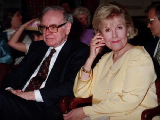 [Vợ tỷ phú] Warren Buffett: Vợ là một trong những người thầy vĩ đại nhất của tôi - Ảnh 2.