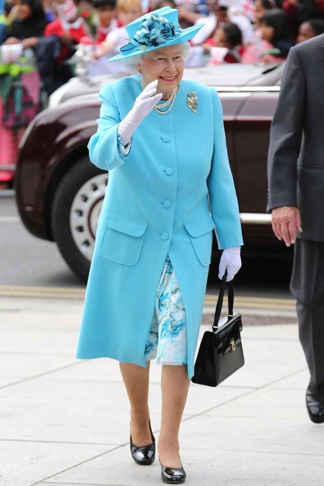 Công nương Kate vừa diện một bộ váy bí ẩn không ai tìm ra nhãn hiệu, hoá ra là học hỏi cách ăn mặc của Nữ hoàng Elizabeth - Ảnh 4.