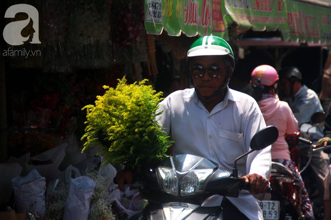 TP.HCM: Giá hoa cao ngất ngưỡng, các ông chồng vẫn hớn hở chở con ra chợ để mua hoa về tặng vợ trong ngày 8/3 - Ảnh 5.