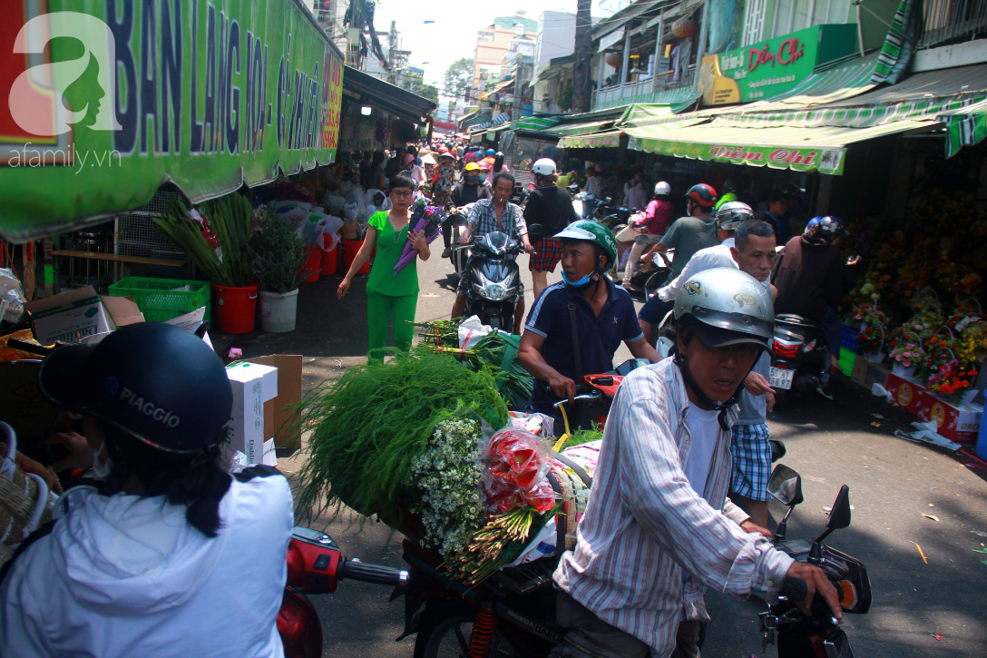TP.HCM: Giá hoa cao ngất ngưỡng, các ông chồng vẫn hớn hở chở con ra chợ để mua hoa về tặng vợ trong ngày 8/3 - Ảnh 1.