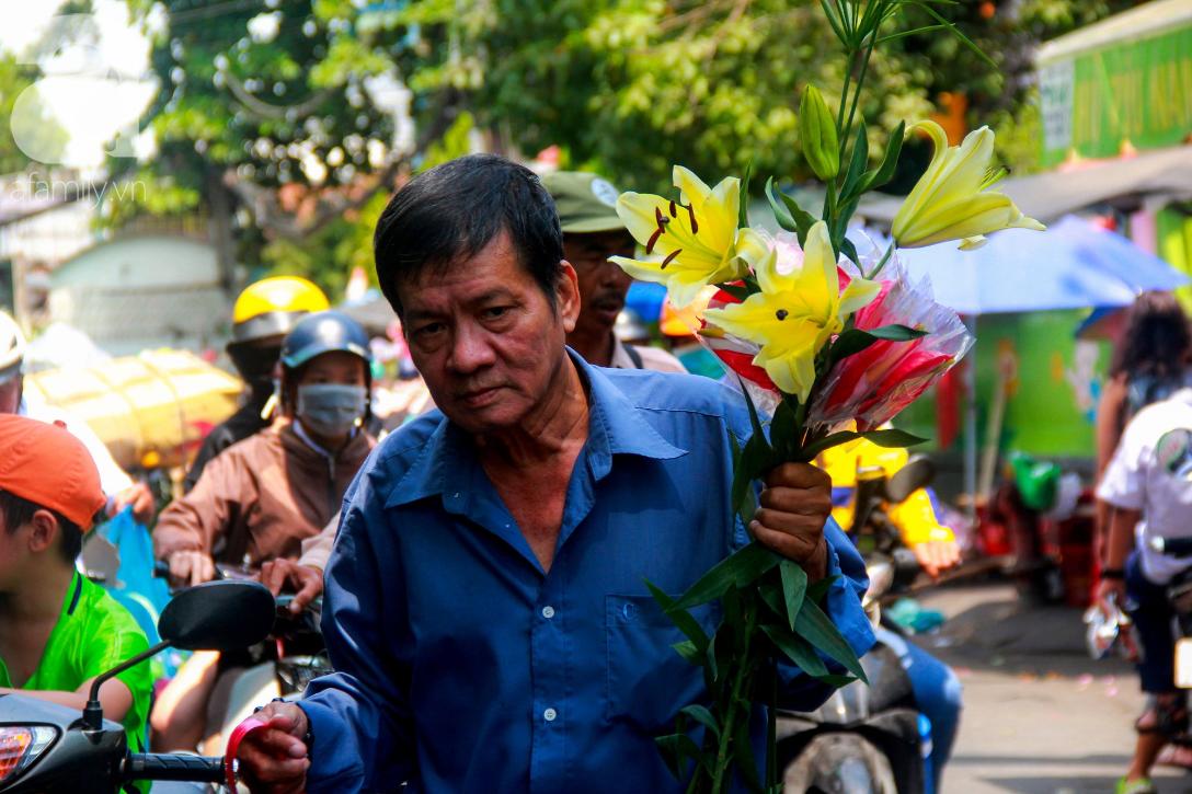 TP.HCM: Giá hoa cao ngất ngưỡng, các ông chồng vẫn hớn hở chở con ra chợ để mua hoa về tặng vợ trong ngày 8/3 - Ảnh 4.