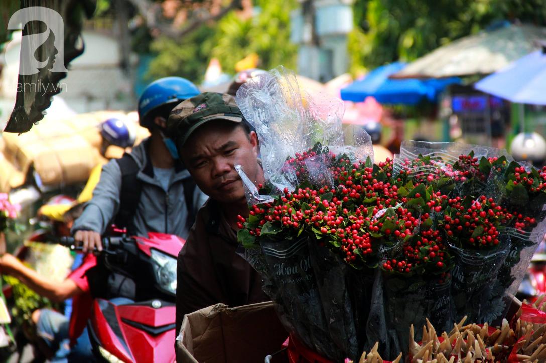 TP.HCM: Giá hoa cao ngất ngưỡng, các ông chồng vẫn hớn hở chở con ra chợ để mua hoa về tặng vợ trong ngày 8/3 - Ảnh 8.