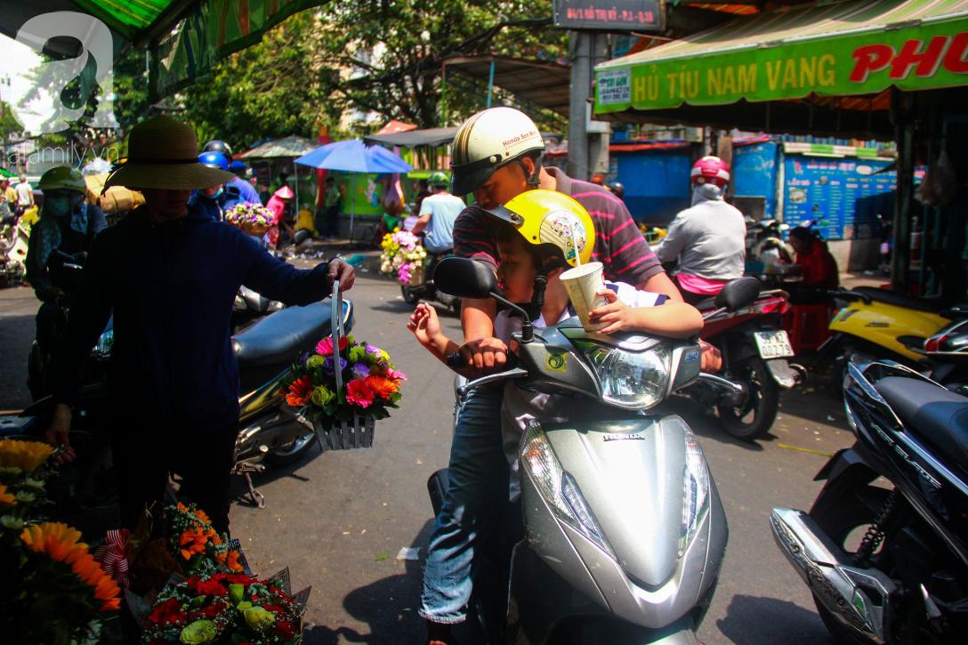 TP.HCM: Giá hoa cao ngất ngưỡng, các ông chồng vẫn hớn hở chở con ra chợ để mua hoa về tặng vợ trong ngày 8/3 - Ảnh 10.