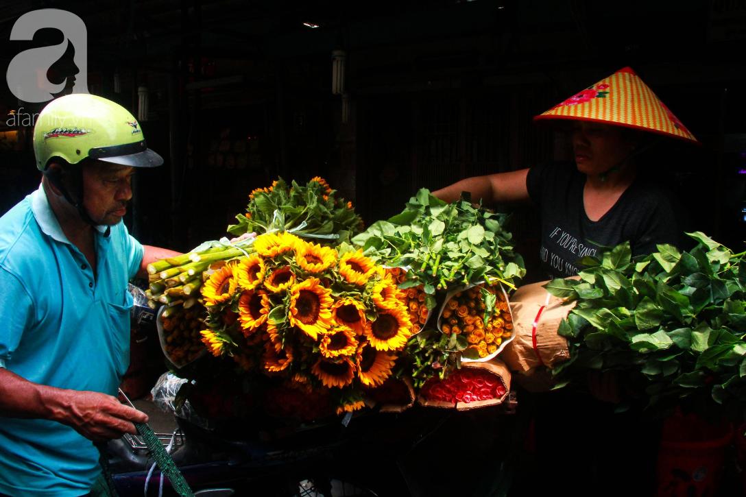 TP.HCM: Giá hoa cao ngất ngưỡng, các ông chồng vẫn hớn hở chở con ra chợ để mua hoa về tặng vợ trong ngày 8/3 - Ảnh 11.