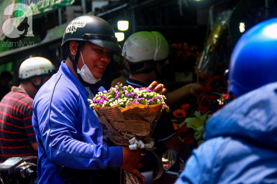 TP.HCM: Giá hoa cao ngất ngưỡng, các ông chồng vẫn hớn hở chở con ra chợ để mua hoa về tặng vợ trong ngày 8/3 - Ảnh 12.