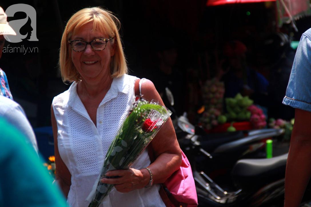 TP.HCM: Giá hoa cao ngất ngưỡng, các ông chồng vẫn hớn hở chở con ra chợ để mua hoa về tặng vợ trong ngày 8/3 - Ảnh 6.
