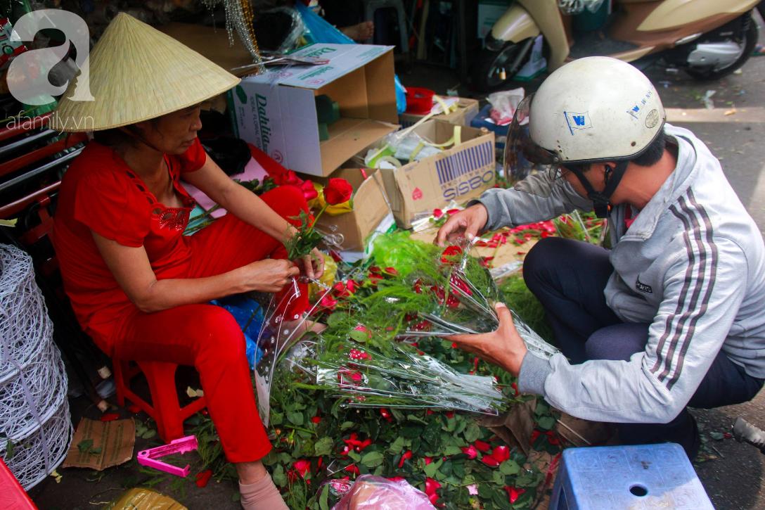 TP.HCM: Giá hoa cao ngất ngưỡng, các ông chồng vẫn hớn hở chở con ra chợ để mua hoa về tặng vợ trong ngày 8/3 - Ảnh 2.