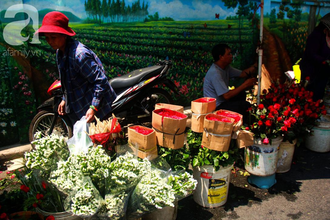 TP.HCM: Giá hoa cao ngất ngưỡng, các ông chồng vẫn hớn hở chở con ra chợ để mua hoa về tặng vợ trong ngày 8/3 - Ảnh 13.