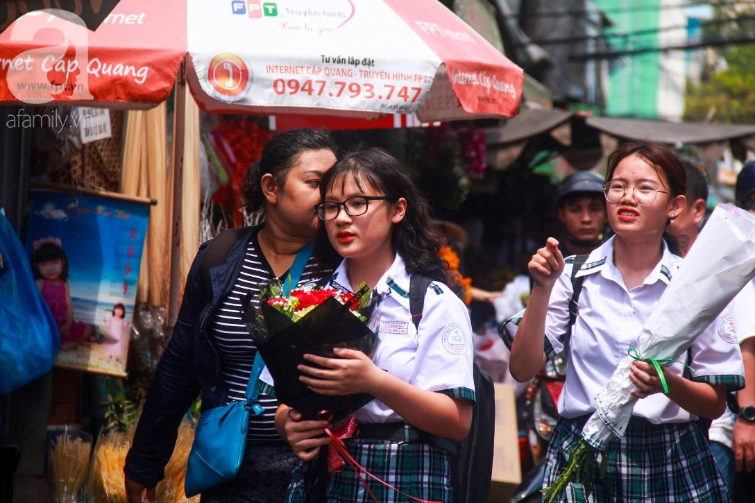 TP.HCM: Giá hoa cao ngất ngưỡng, các ông chồng vẫn hớn hở chở con ra chợ để mua hoa về tặng vợ trong ngày 8/3 - Ảnh 14.