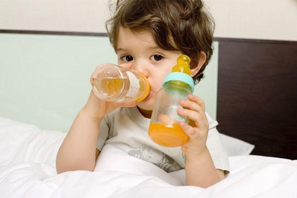 Điều mà cha mẹ không lường trước được khi cho trẻ uống nước ép trái cây quá sớm  - Ảnh 2.