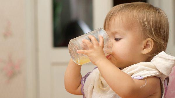 Điều mà cha mẹ không lường trước được khi cho trẻ uống nước ép trái cây quá sớm  - Ảnh 3.