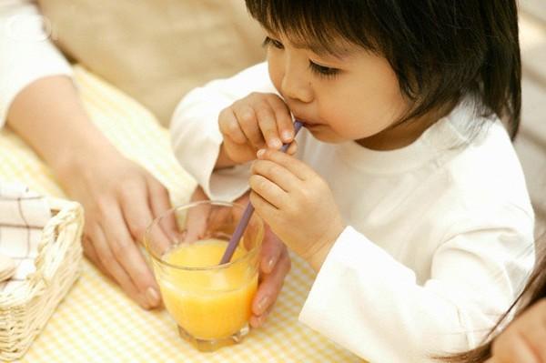 Điều mà cha mẹ không lường trước được khi cho trẻ uống nước ép trái cây quá sớm  - Ảnh 1.