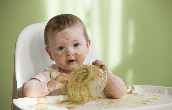 Các mẹ sẽ càng vất vả hơn nếu bỏ lỡ chính thời kỳ vàng tập cho trẻ tự ăn uống này - Ảnh 1.